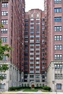 047522934-chicago-apartment-building